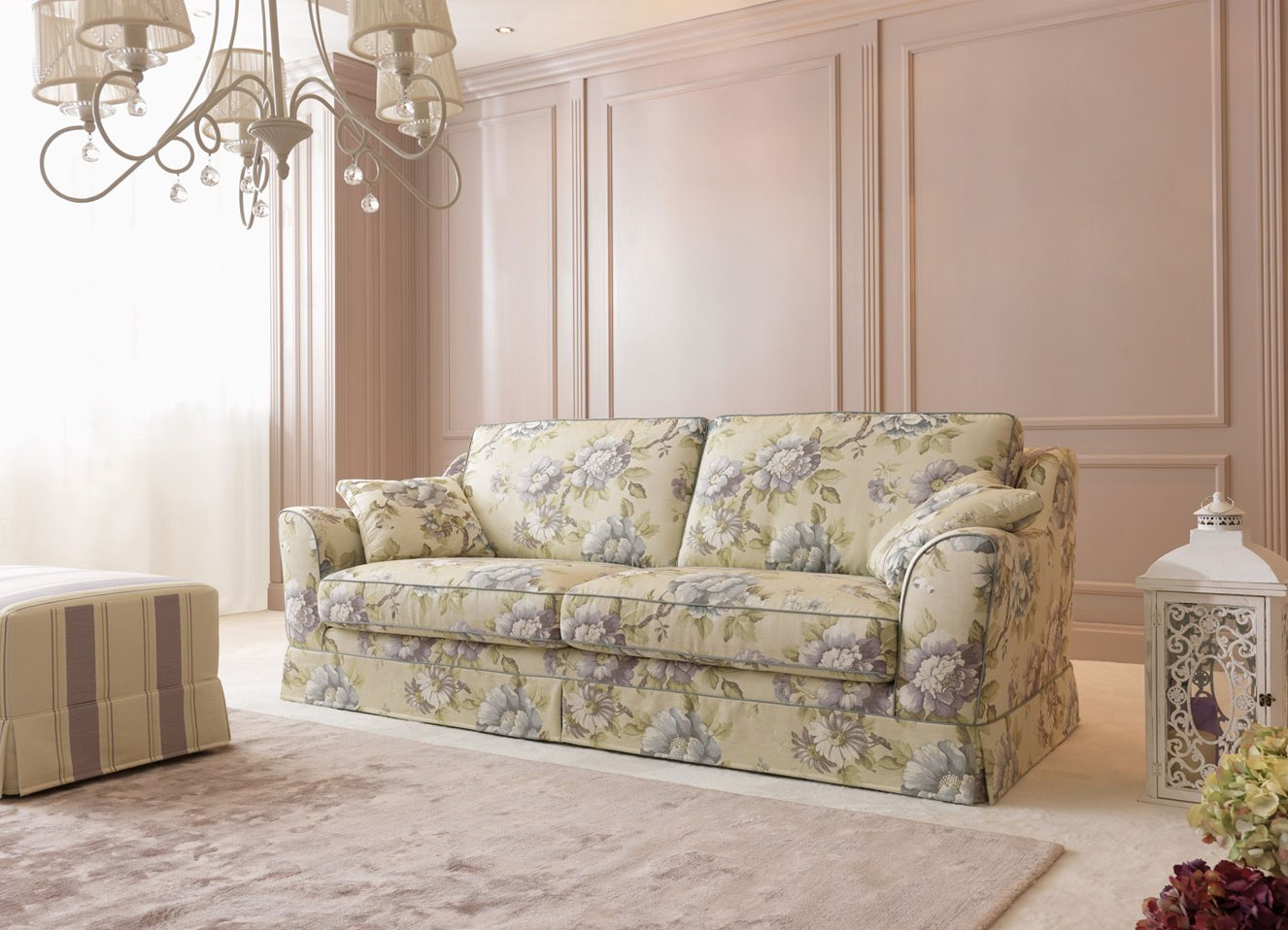 Цветочный принт на классическом диване