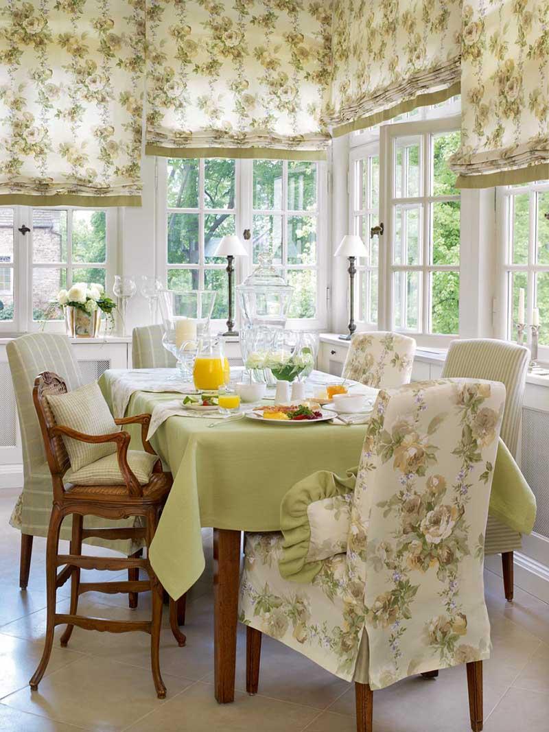 Оформление кухонного окна шторами с цветочным принтом