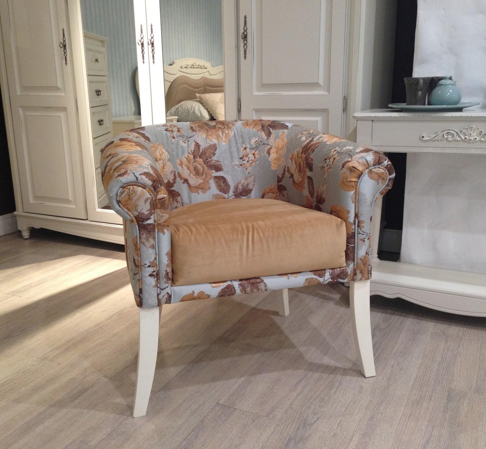 Кресло в стиле прованс с цветочной обивкой