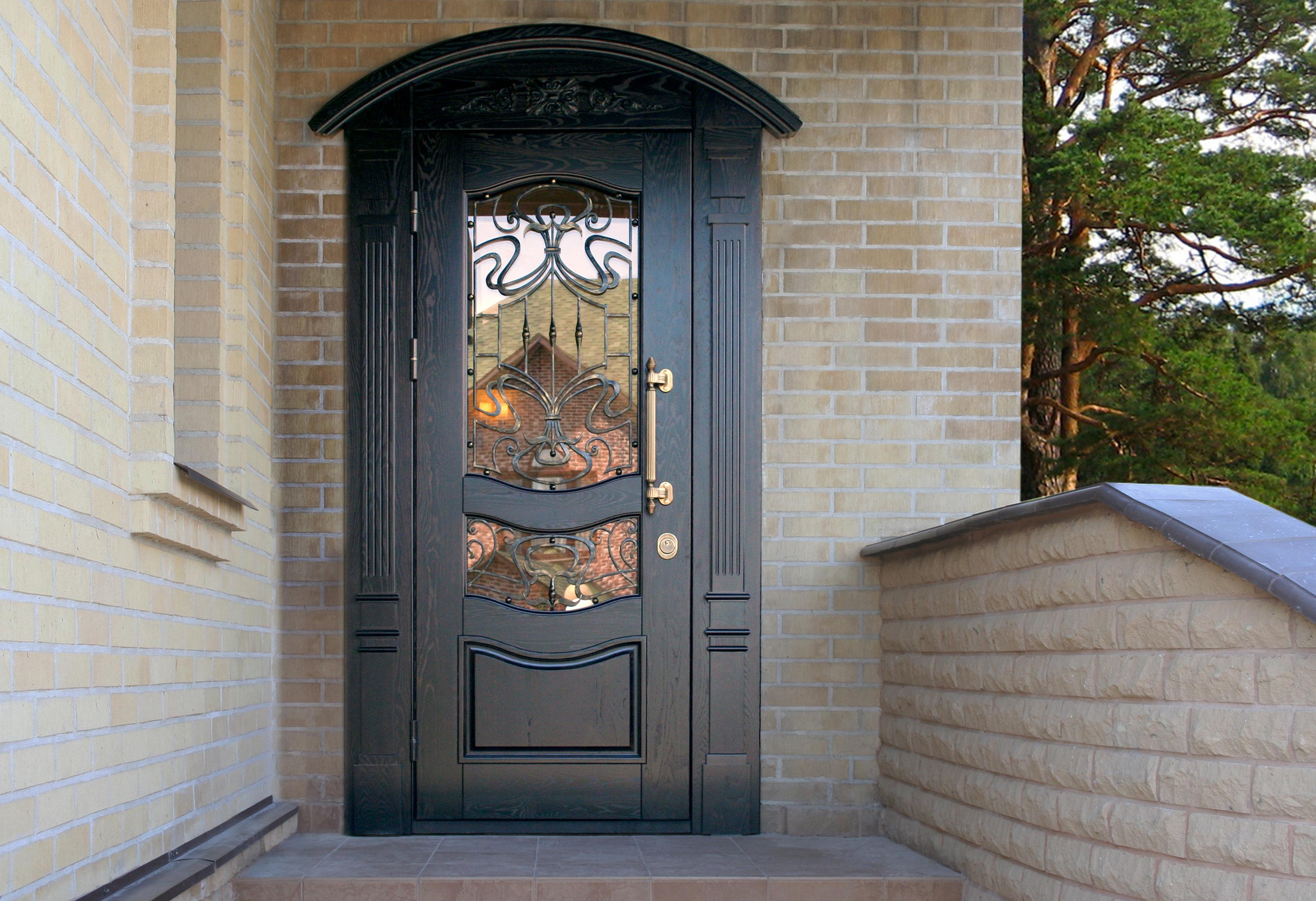 Входная дверь с декором