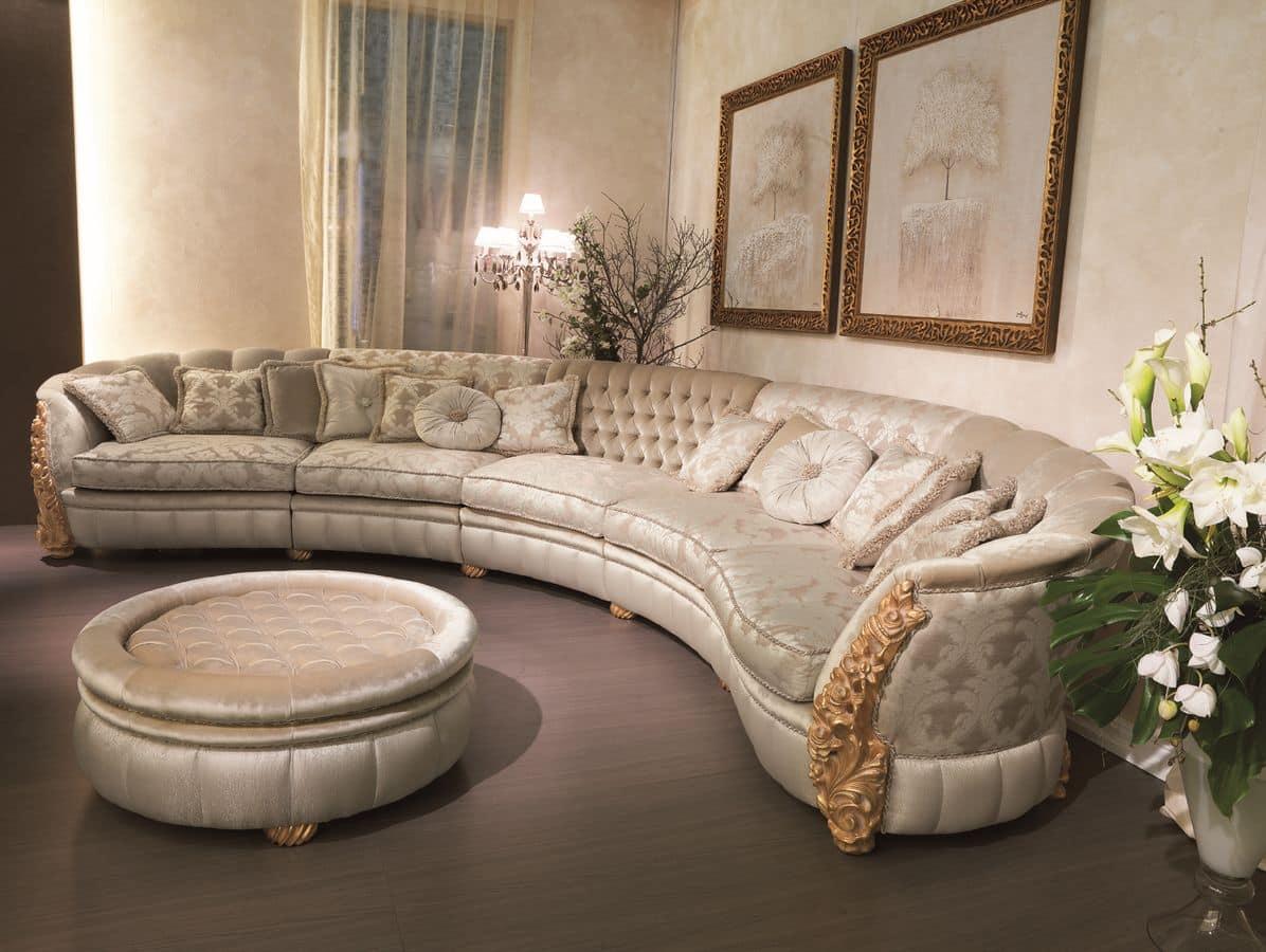 Диван в классическом стиле с декорированными подлокотниками