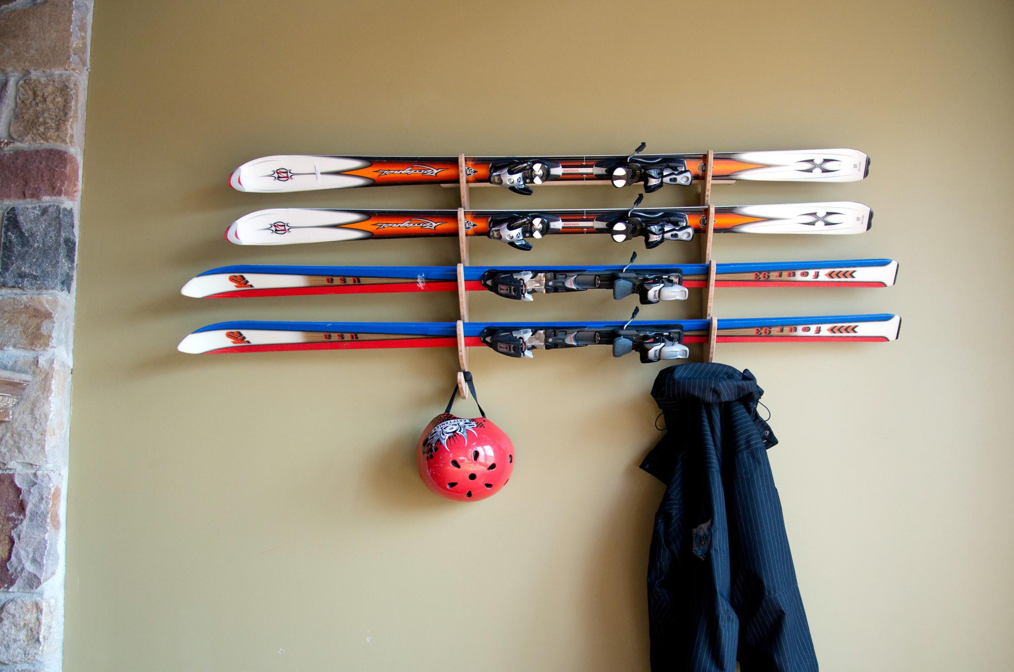 Деревянные кронштейны для хранения лыж