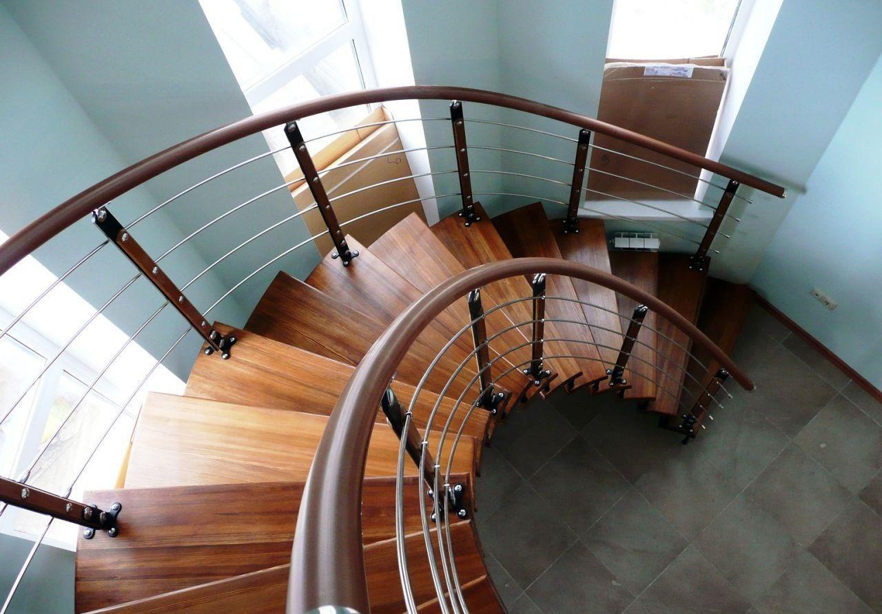 Металлические перила на деревянной лестнице
