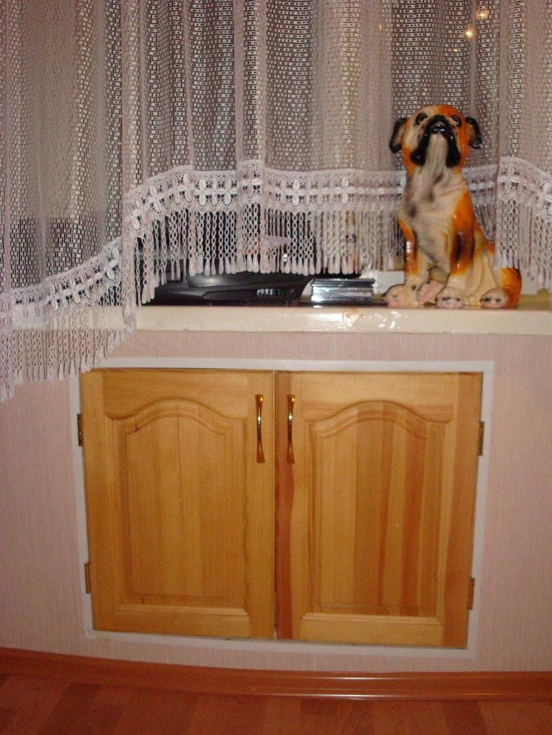 Холодильник под окном с деревянными дверками