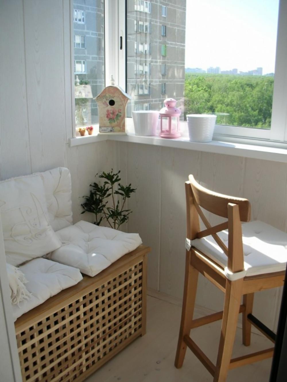 Деревянная мебель на балконе