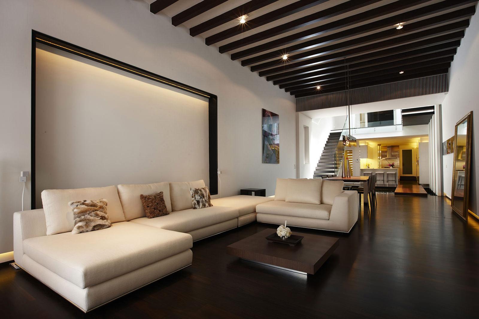 Деревянный комбинированный потолок в гостиной