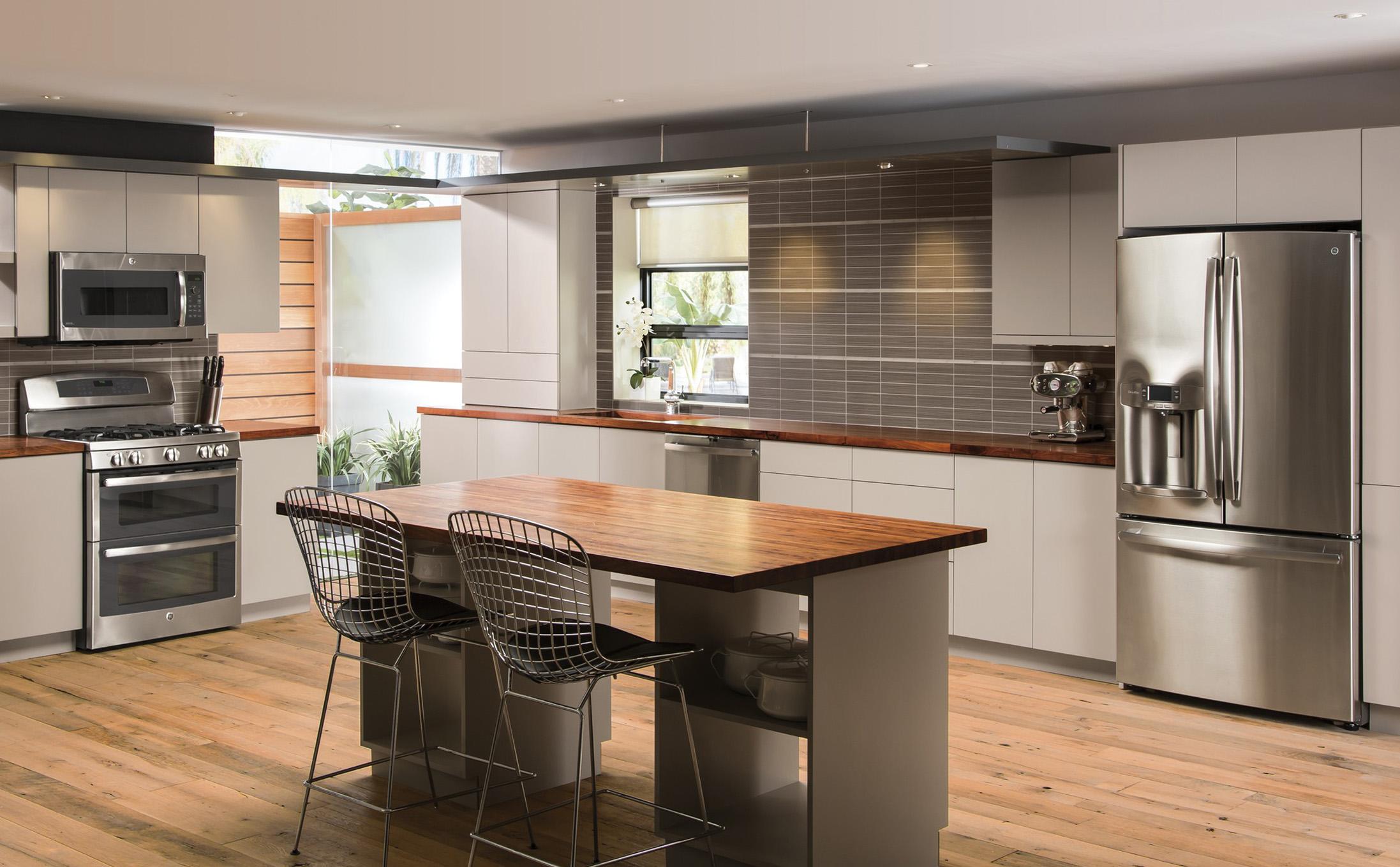 Кухня без ручек с деревянной столешницей