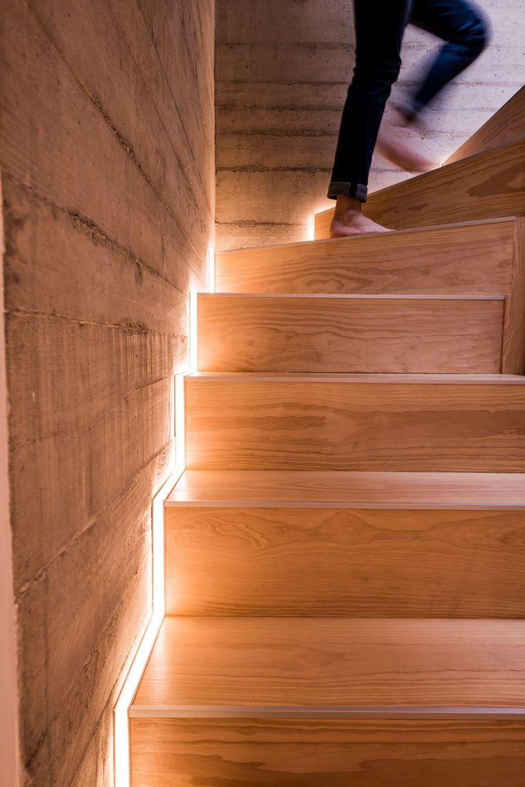 Освещение деревянной лестницы