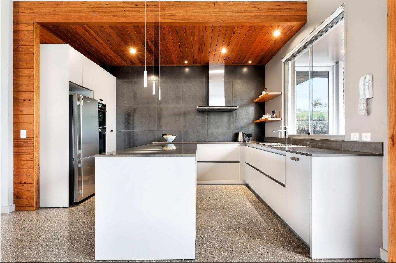 Сочетание дерева, бетона и белого цвета на кухне