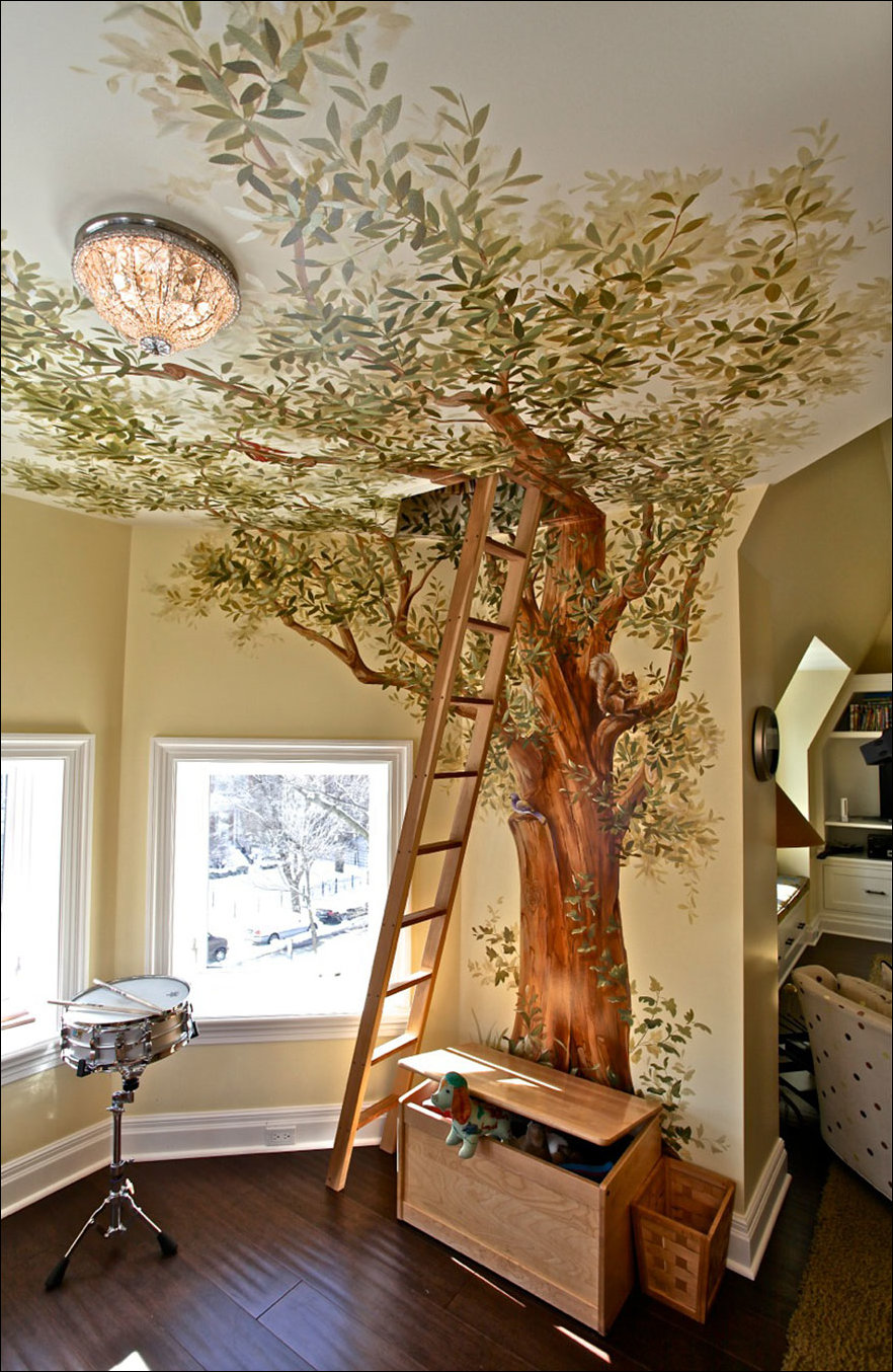 Нарисованное дерево на стене в доме