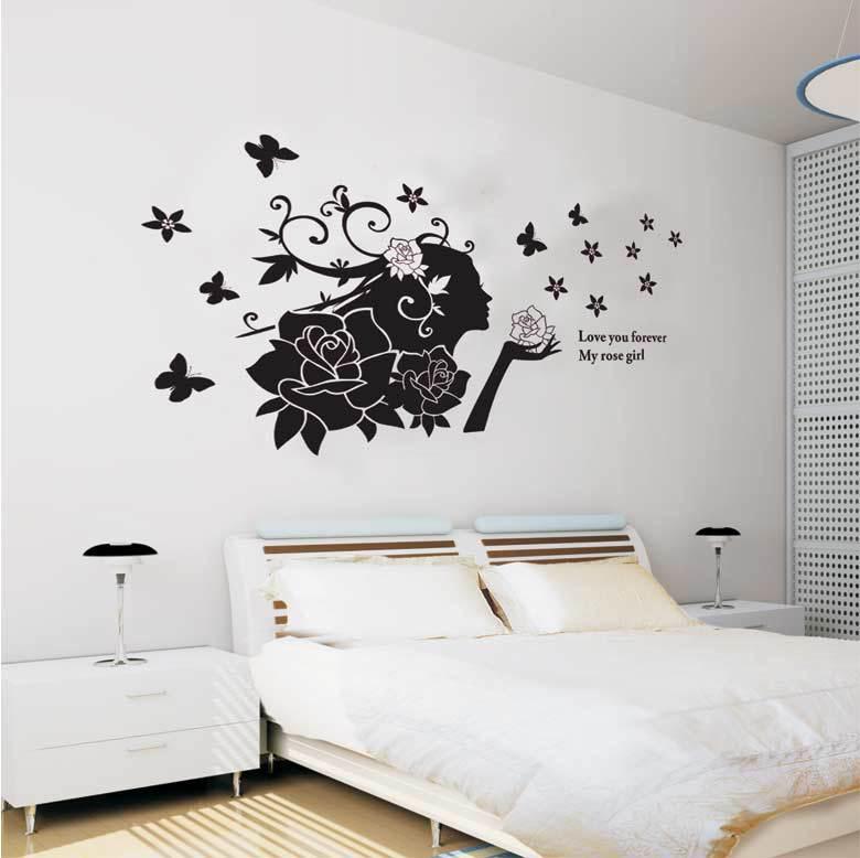 Нарисованная девушка на стене в интерьере спальни