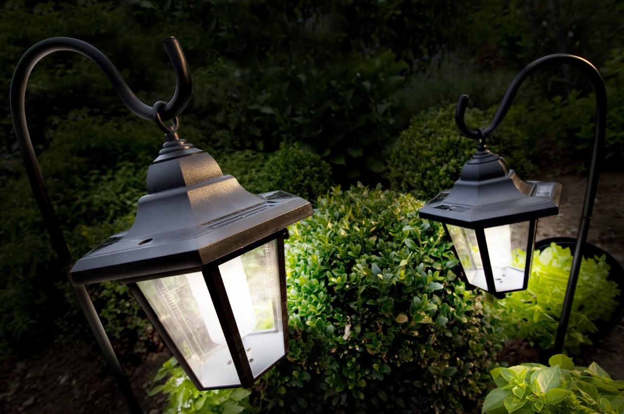Уличные фонари для дачи: виды и особенности (23 фото)