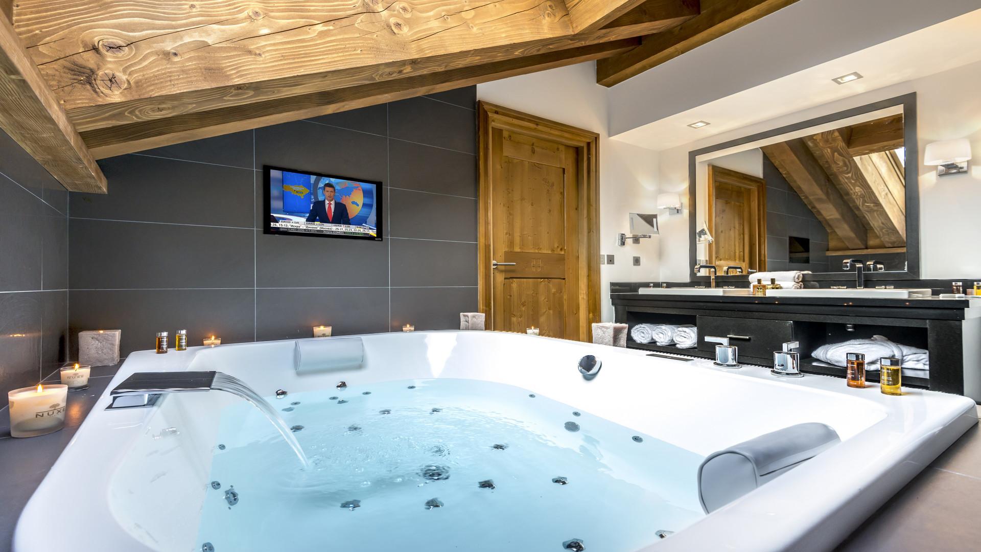 Телевизор в ванной с джакузи