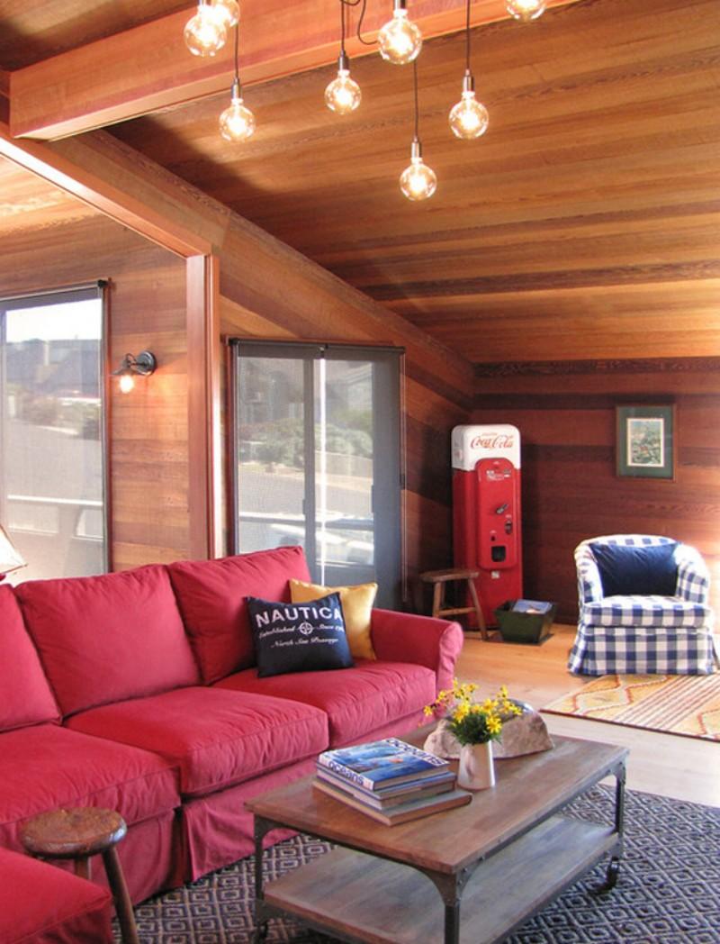 Красный диван в загородном доме
