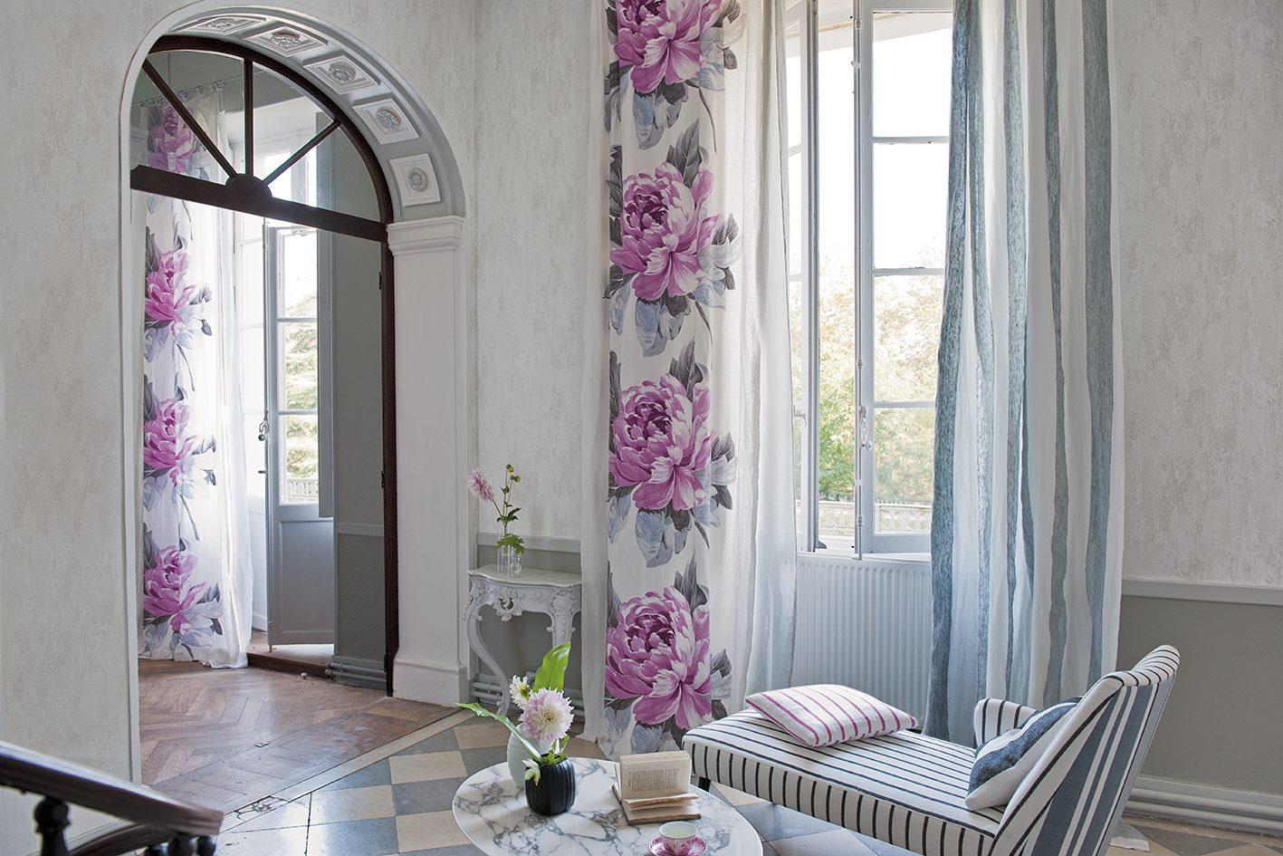 Шторы с цветами в интерьере дома