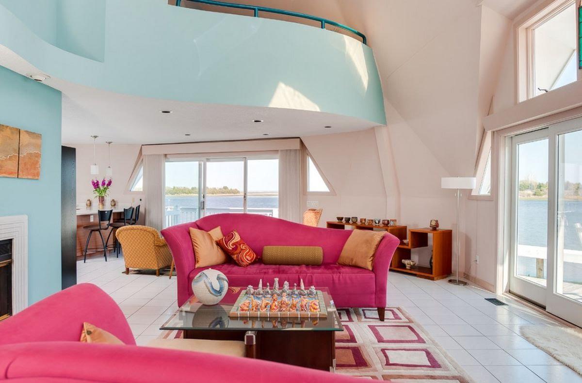 Розовый диван в интерьере дома