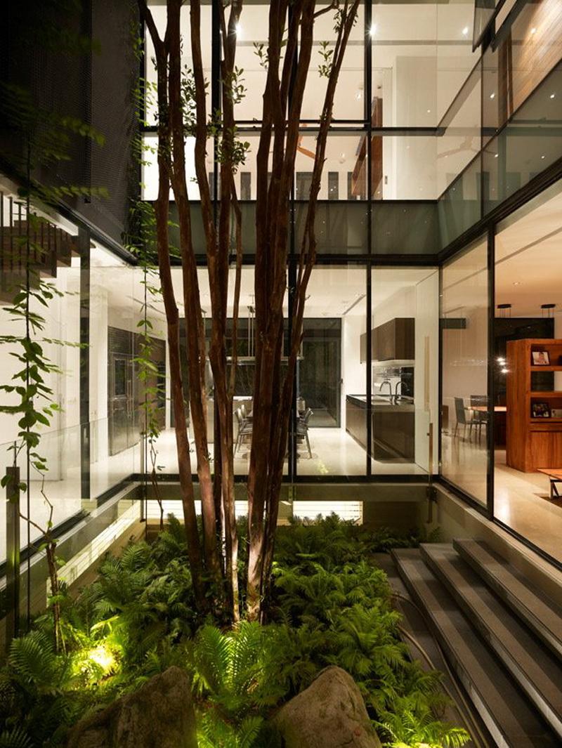 Зеленый сад в интерьере загородной резиденции