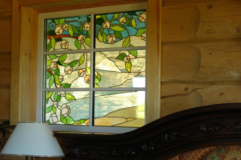 Витражная пленка на окне в загородном доме