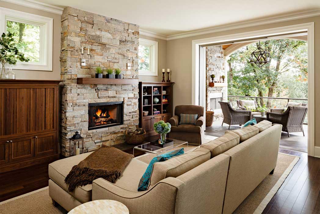 Кухня-гостиная с камином в доме