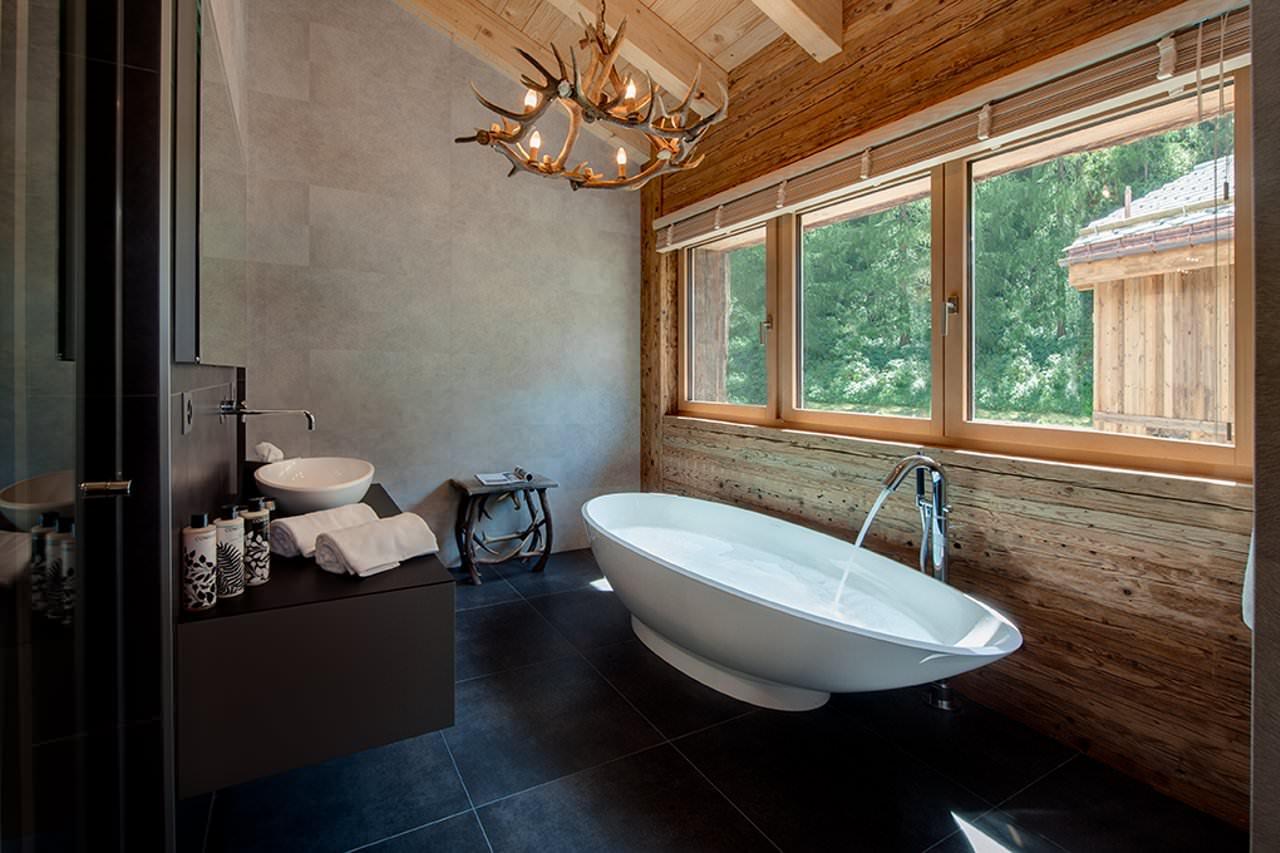 Отдельностоящая ванна в доме
