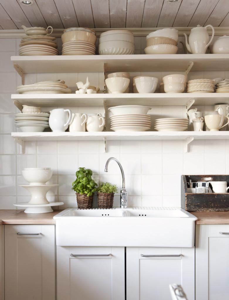 Полки для посуды в интерьере дома