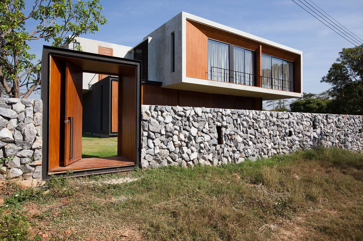 Забор из камня вокруг дома