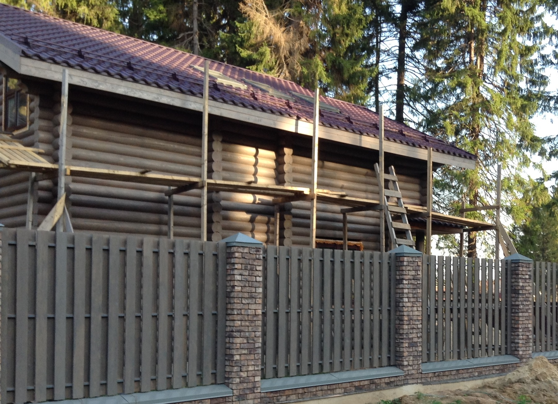 Забор со столбами из кирпича вокруг дома