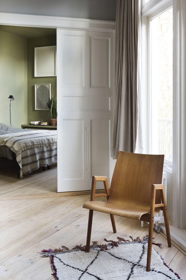 Деревянный стул в интерьере дома