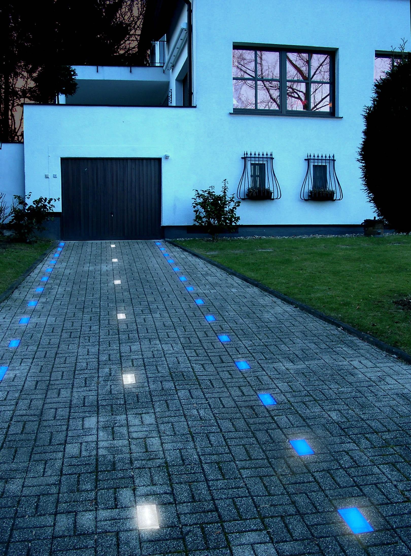 Светящаяся плитка вокруг дома