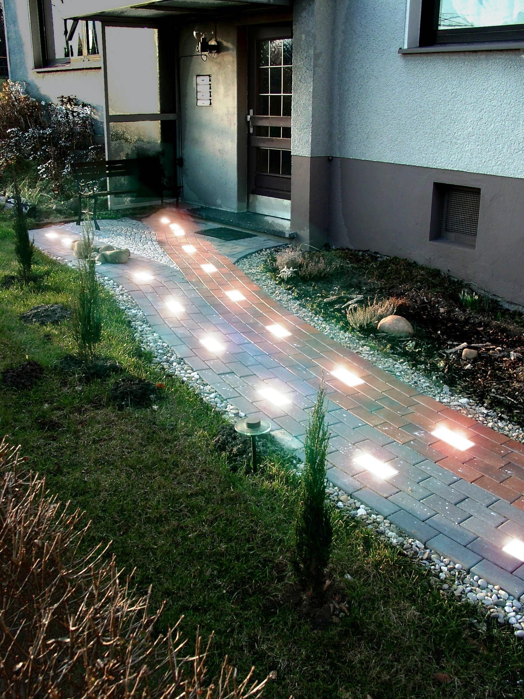Светящаяся плитка на дорожке