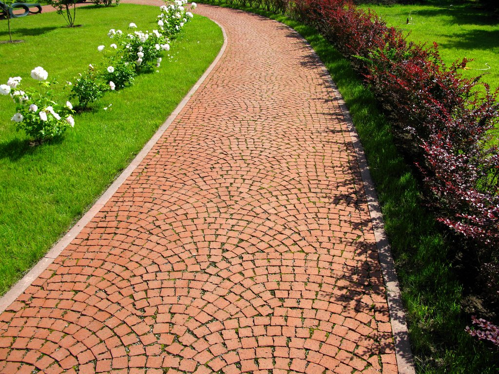 Тротуарная брусчатка на дорожке в саду