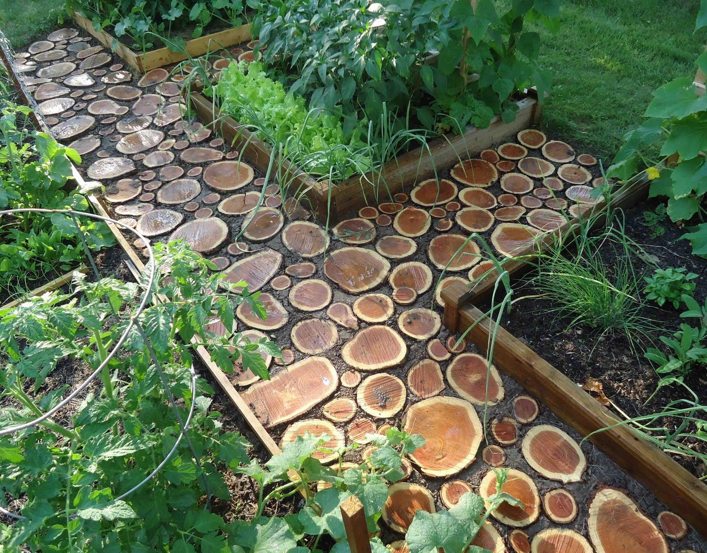 Декор садовых дорожек деревянными спилами