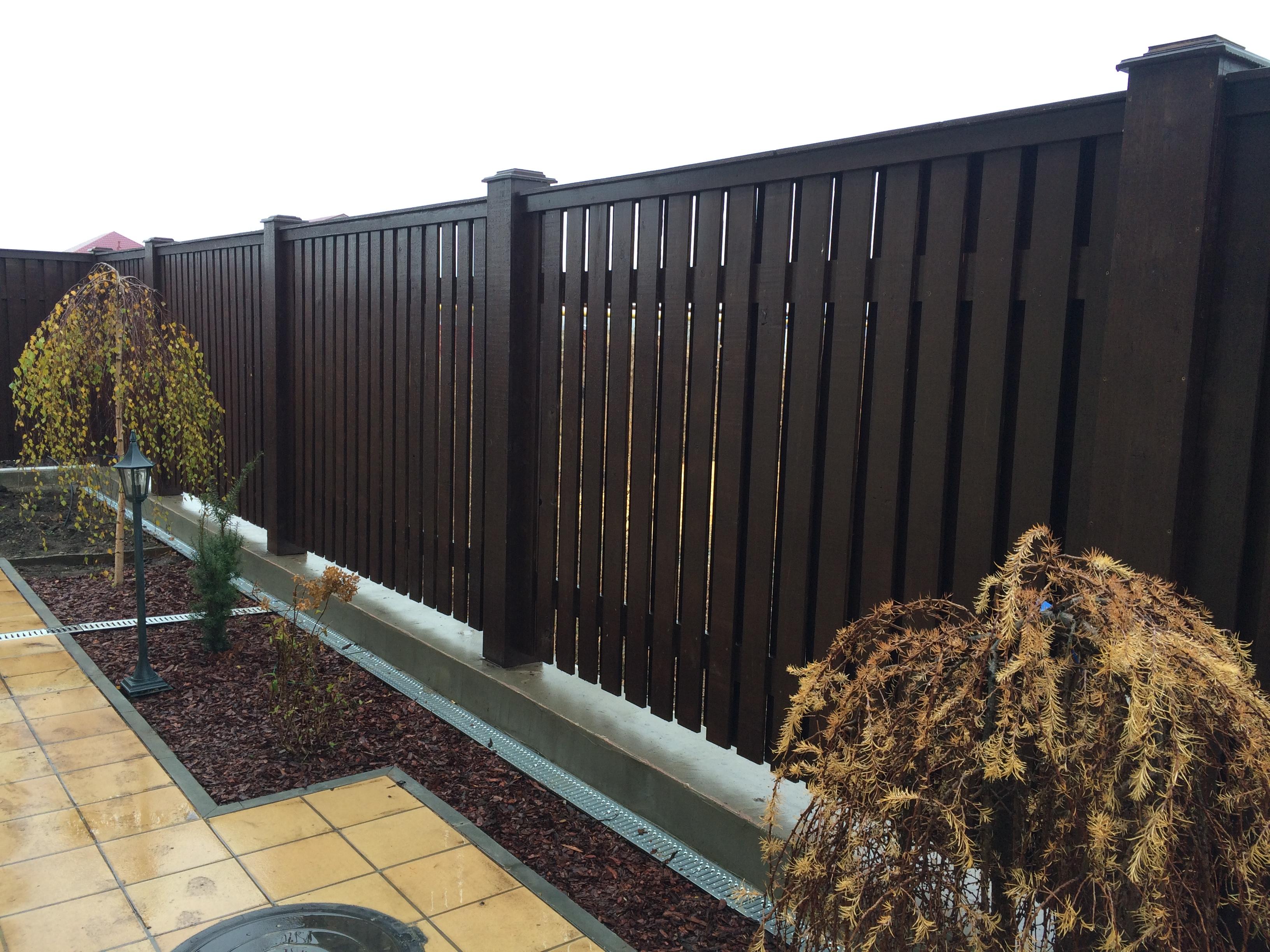 Забор с дубовыми столбами