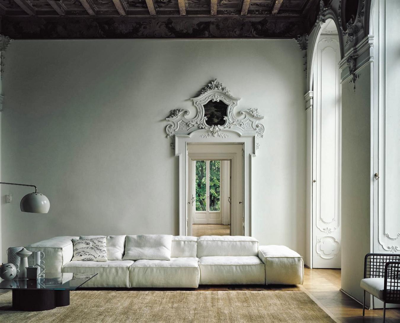 Лепной декор над дверью
