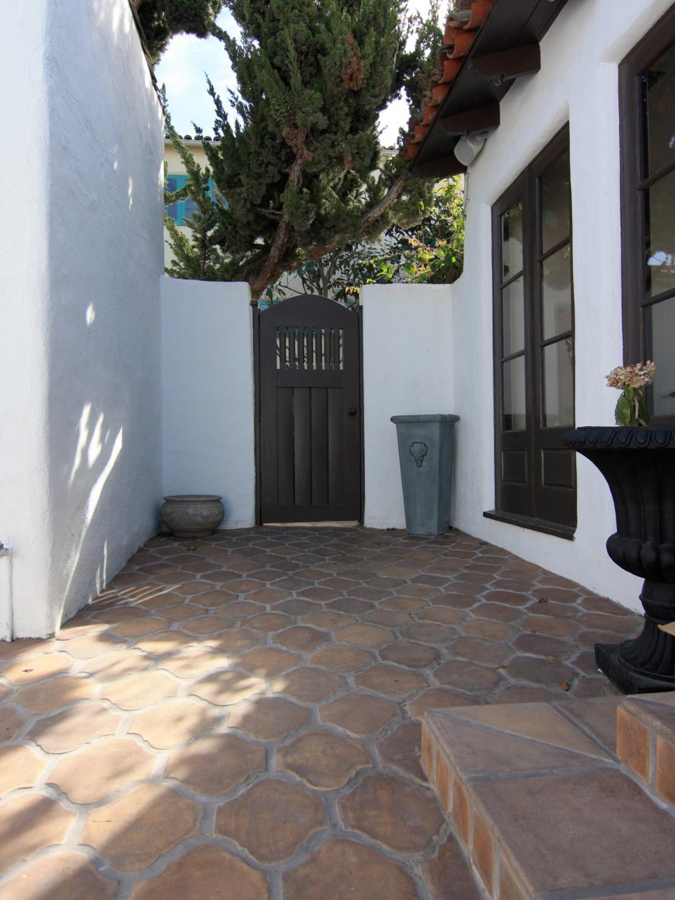 Светящаяся плитка во дворе дома