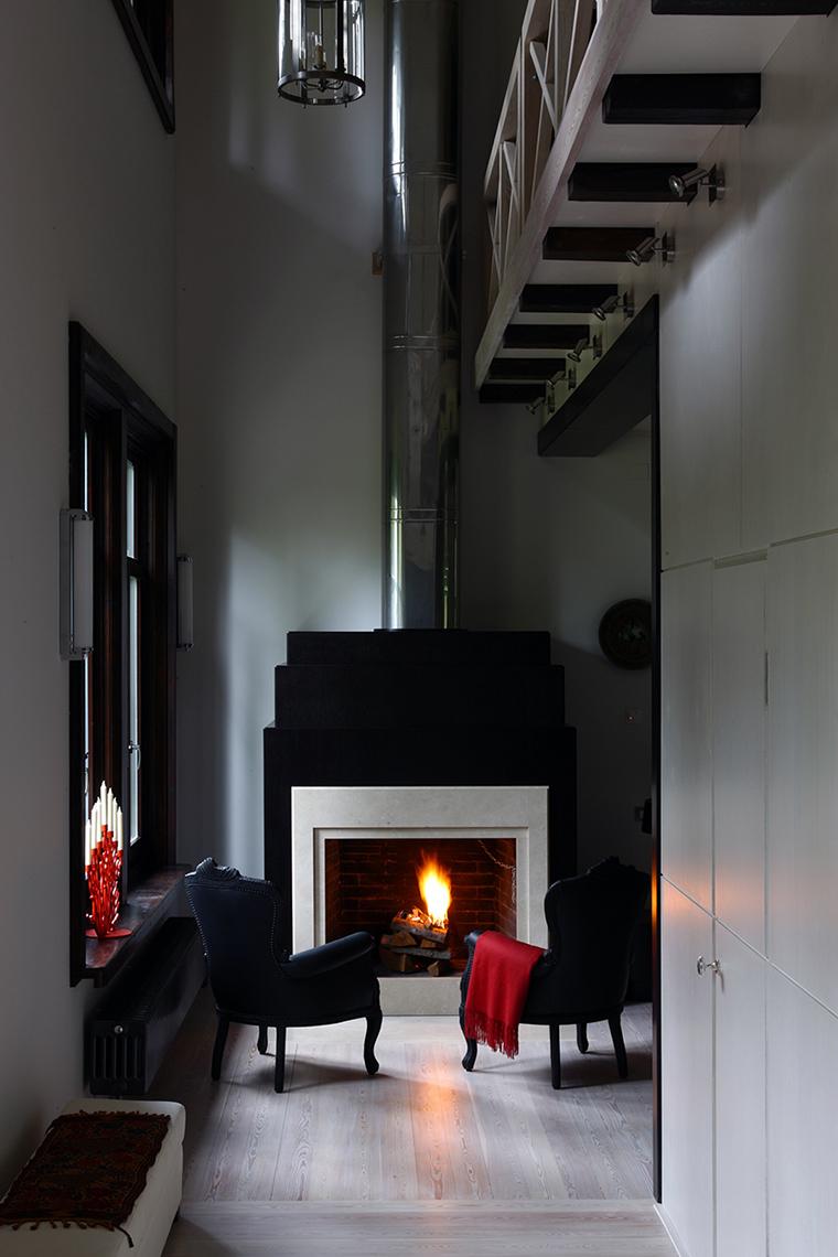 Кухня-гостиная с камином в эклектичном стиле