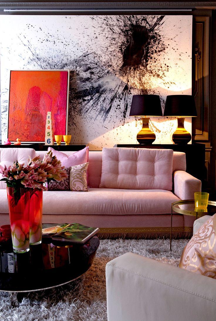 Розовый диван в эклектичном интерьере