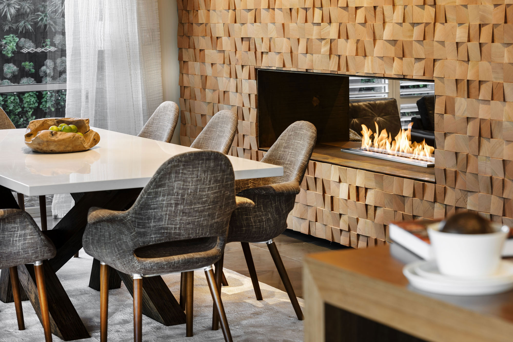 Кухня-гостиная с камином в стиле эко