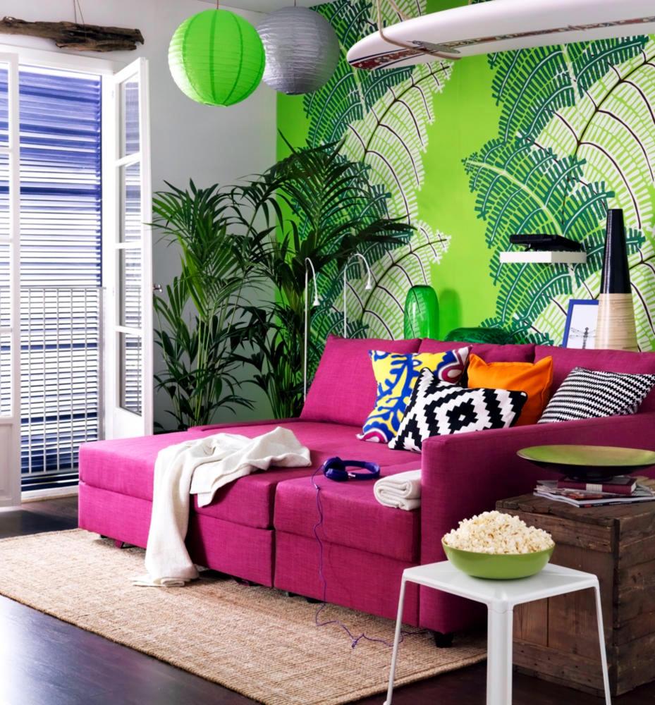 Розовый диван в экологичном интерьере