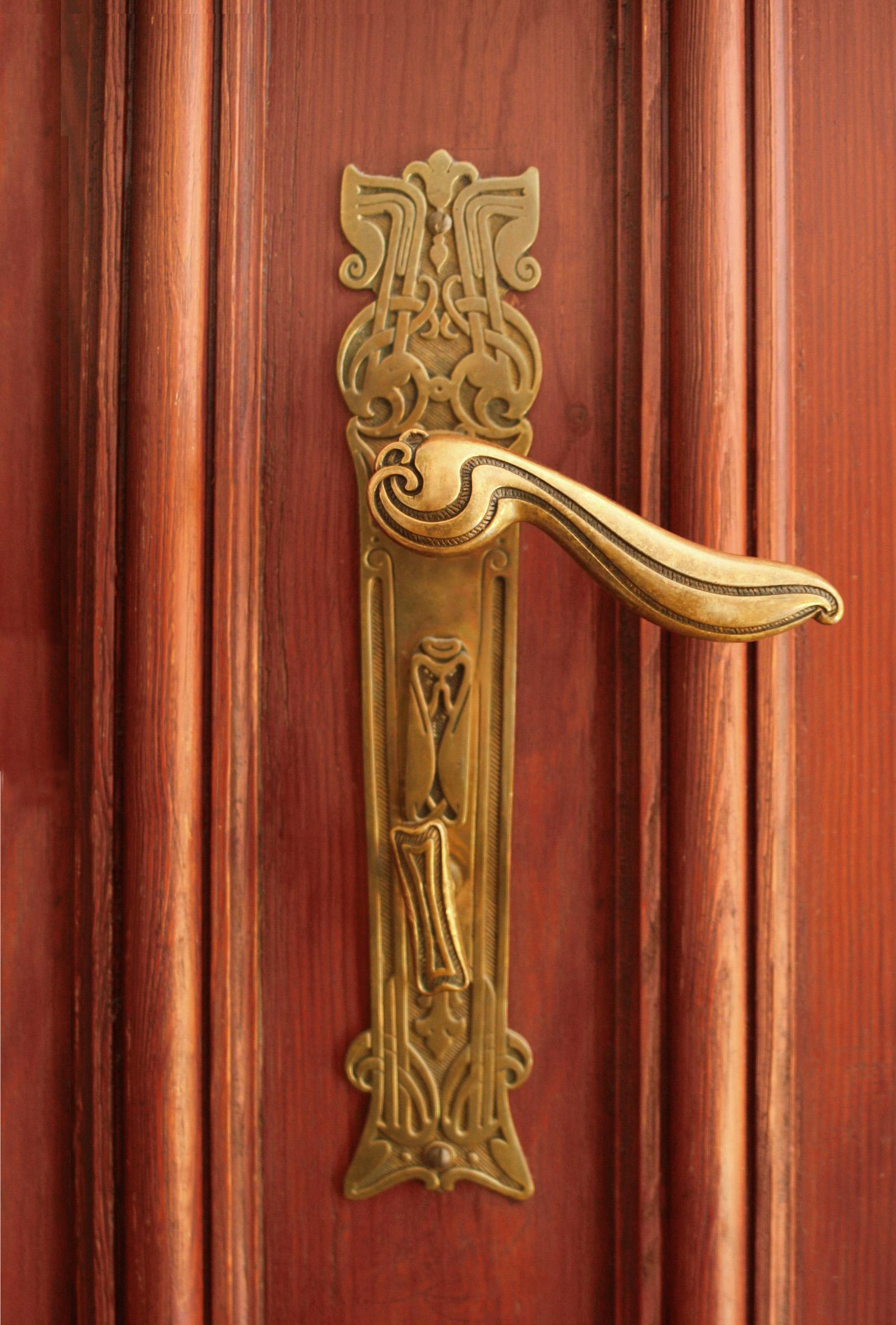 Фигурная ручка для межкомнатной двери