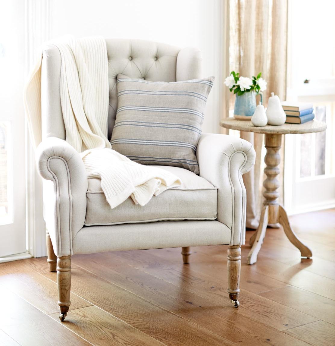 Кресло в стиле прованс на фигурных ножках