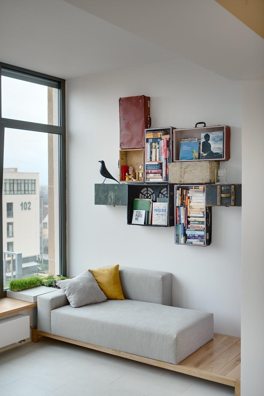 Место для чтения около французского окна
