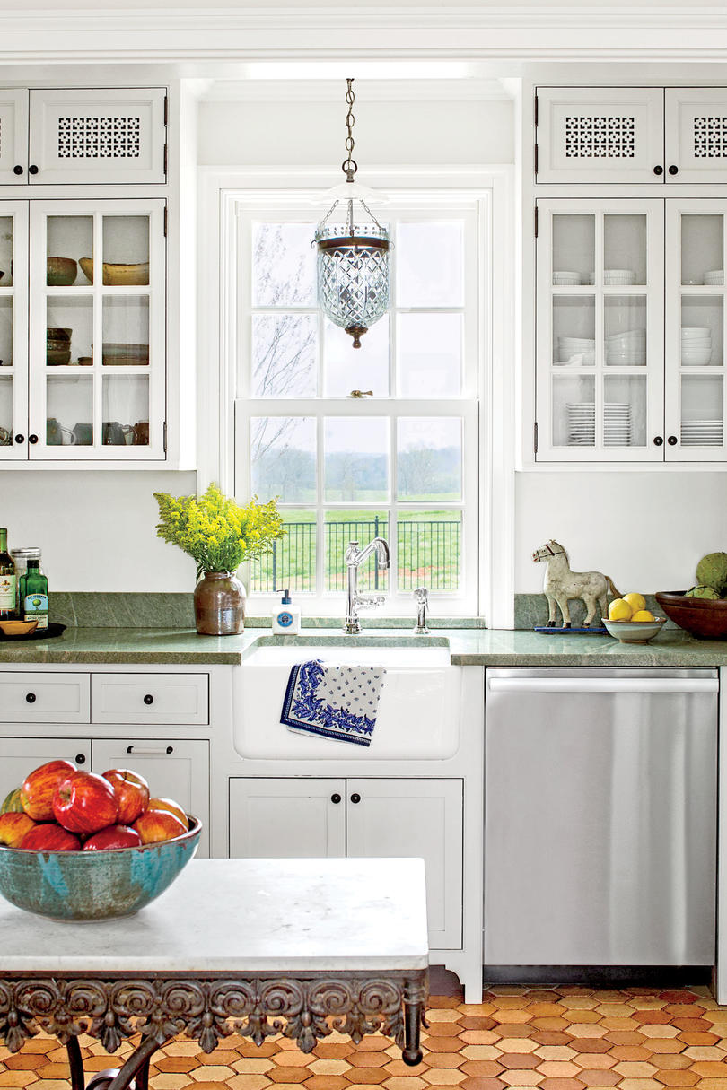 Холодильник под окном во французском стиле