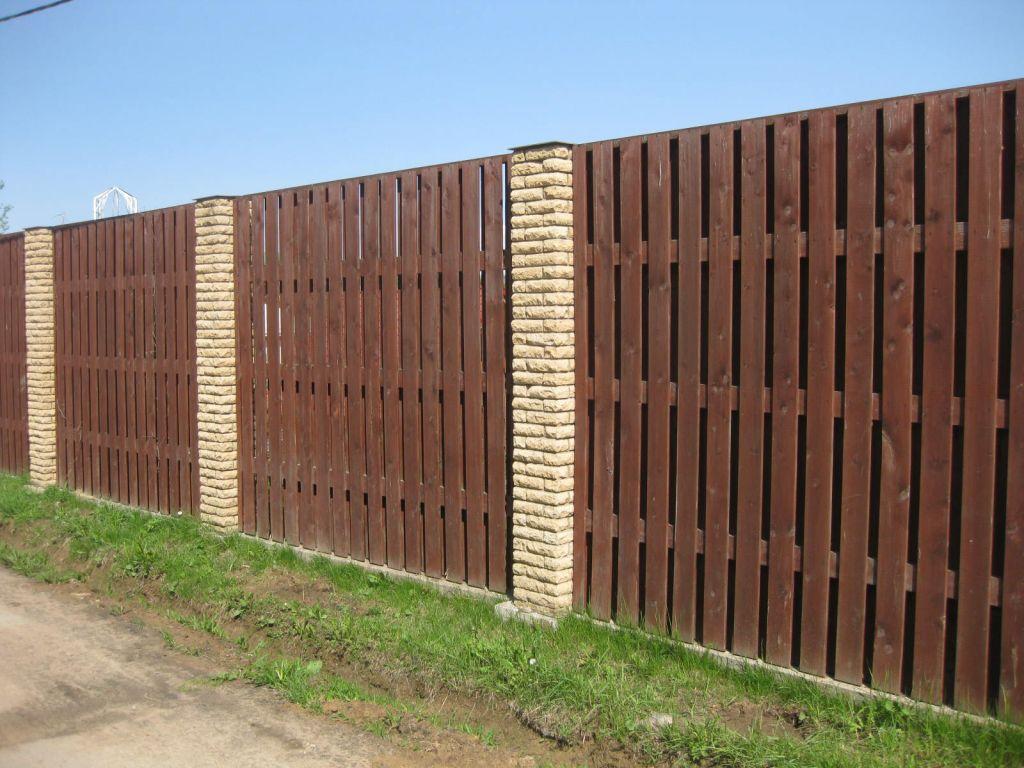 Забор с кирпичными столбами на фундаменте