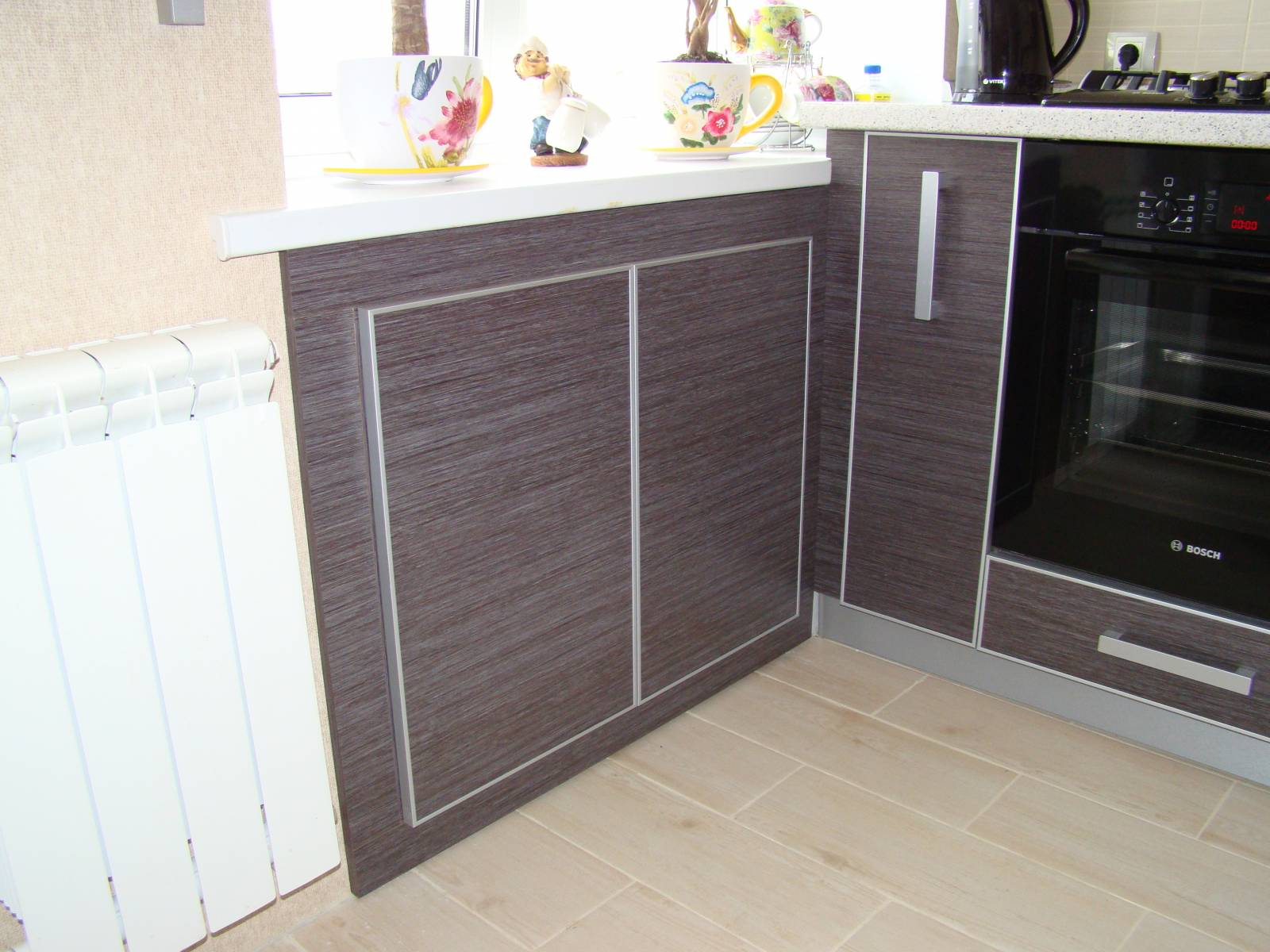 Холодильник под окном под кухонный гарнитур