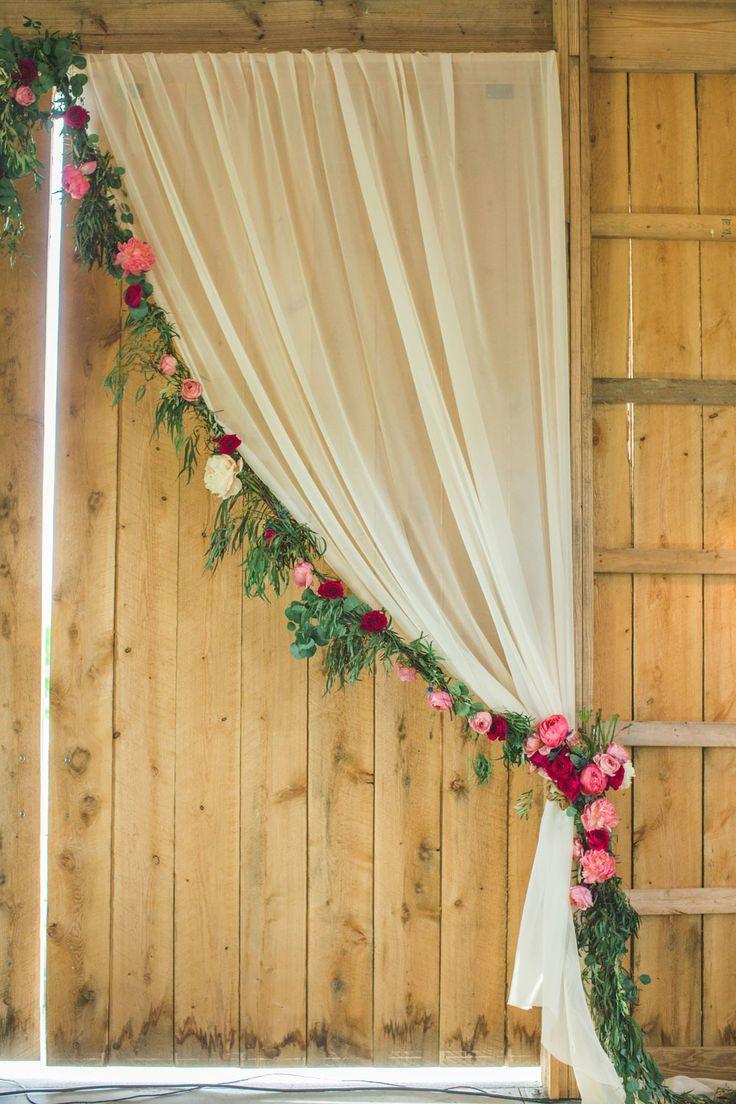 Декор штор гирляндой из цветов