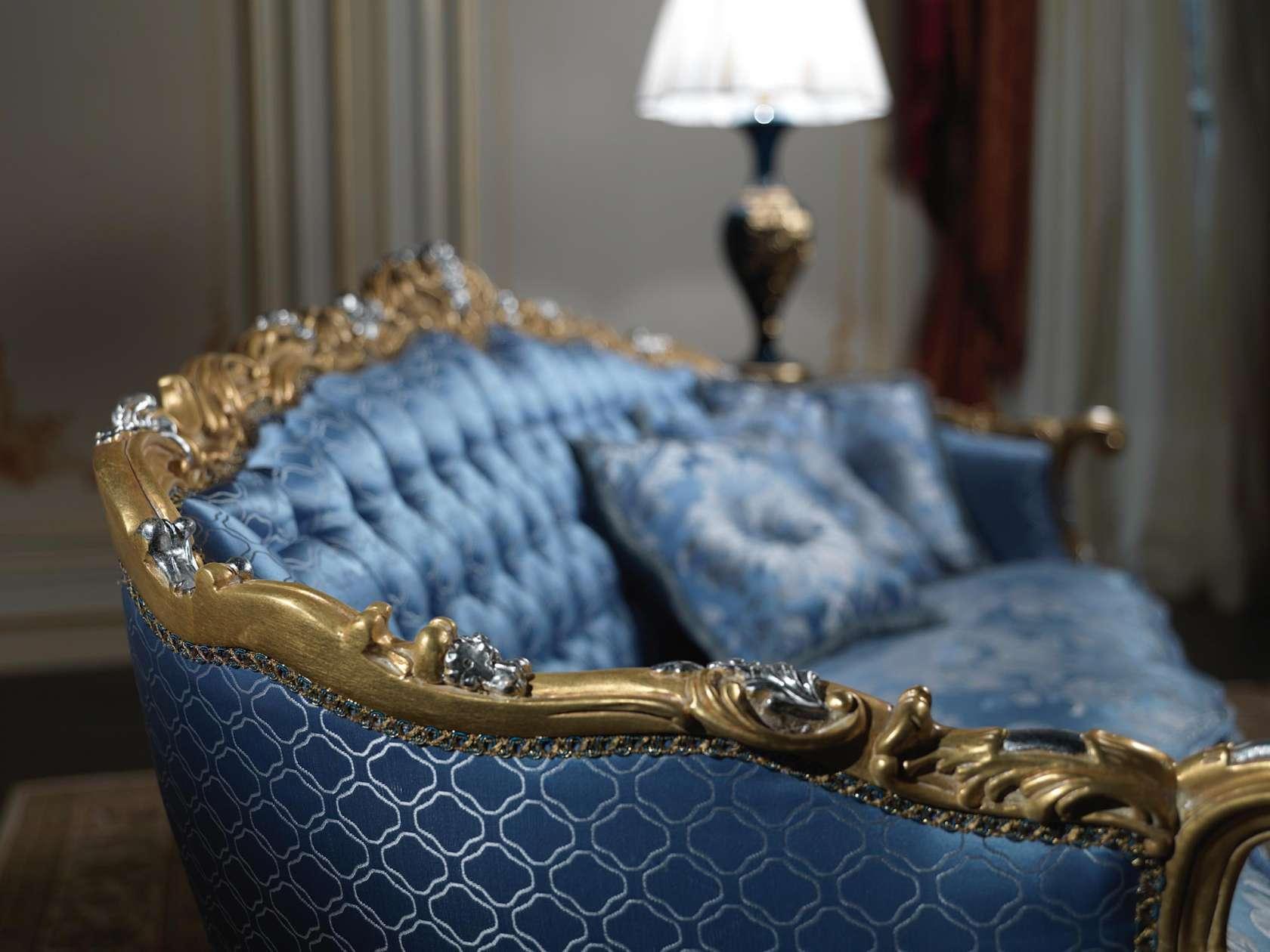 Голубой диван в классическом стиле