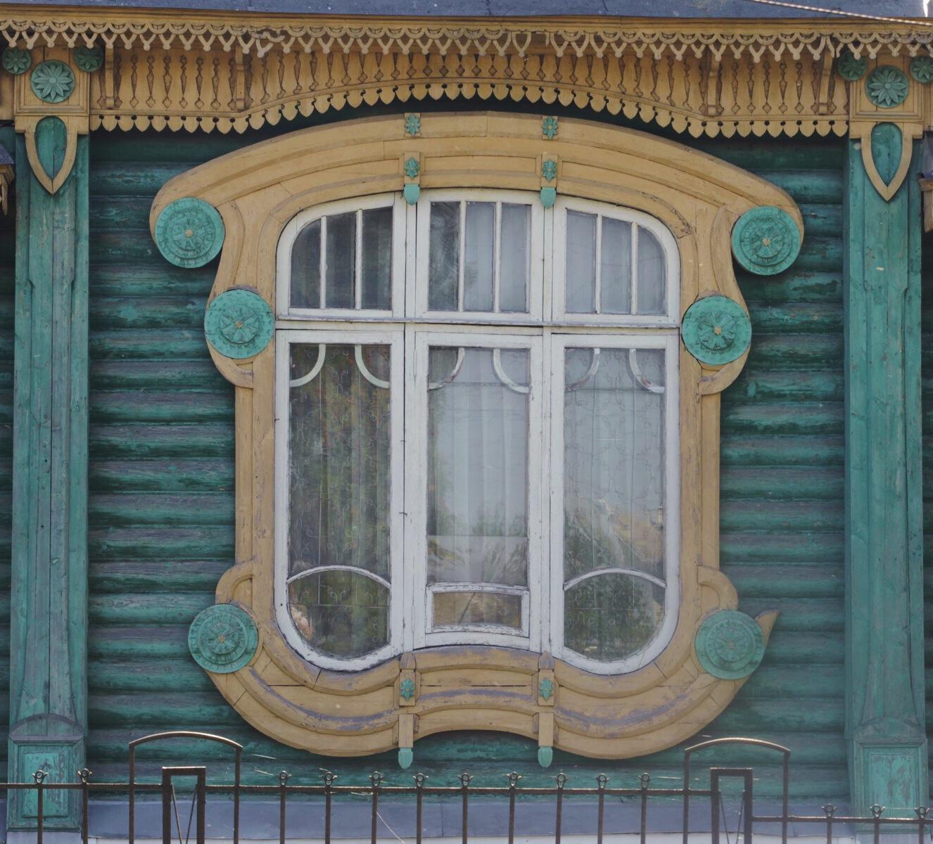 Гороховецкое окно с резьбой