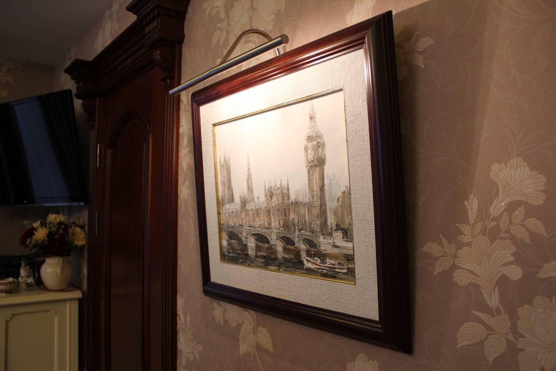 Подсветка для картин в интерьере гостиной