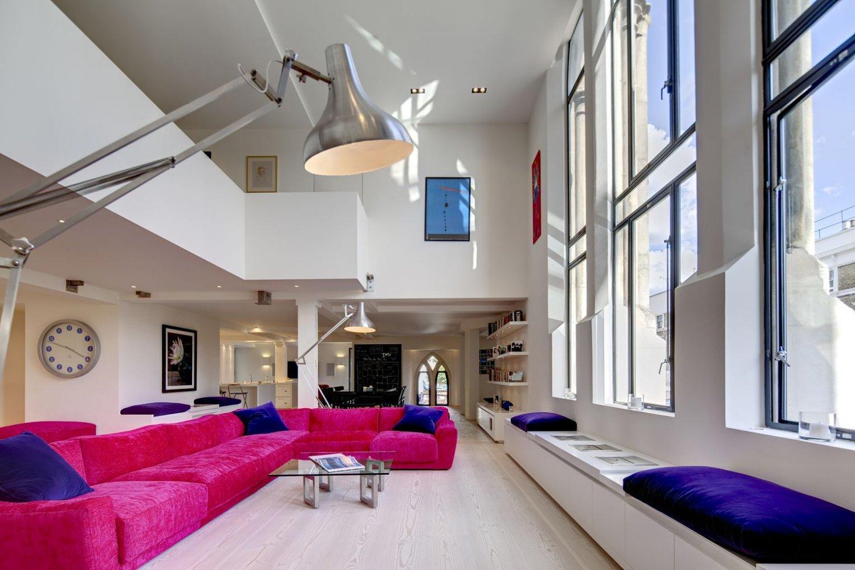 Розовый диван в интерьере гостиной
